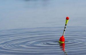 poplavok-v-vode